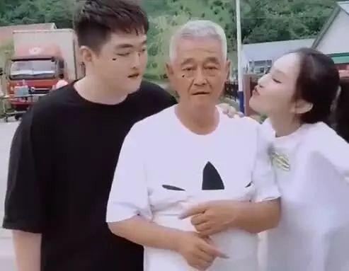 62岁赵本山与儿女合拍中秋团圆照满头白发