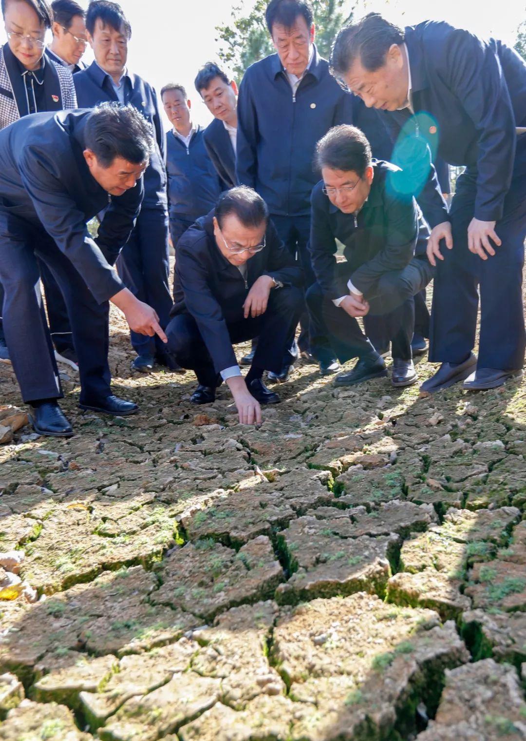 李克强在江西干涸的水库边抠起一块泥土:这里旱得可不轻啊