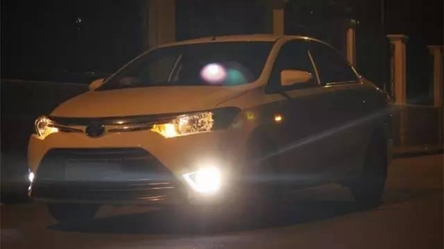 为什么我的车只有一个后雾灯,而别人有两个?是厂家简配吗?