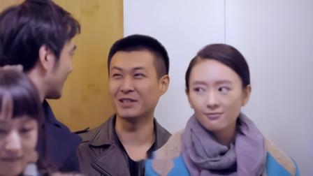 小伙邀请美女看演出,不料上司男友在旁边,霸气回应:加班没空