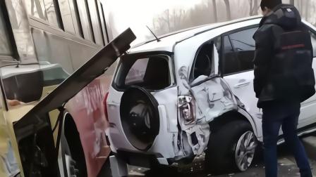 哈尔滨一小区门口5车相撞 车辆秒变废铁现场惨烈