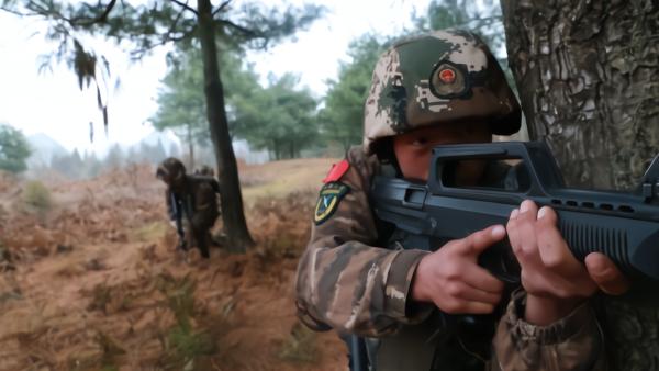 """贵州武警""""年度大考"""":负重奔袭外加狙击"""