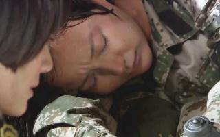 女兵高烧四十一度,教官却严禁请军医,看特种兵如何机智应对