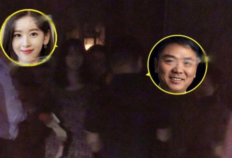 刘强东章泽天同框 两人心情极好与朋友有说有笑 同返爱巢