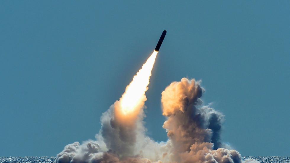 人们目睹的白色光束却并非流星,而是正在进行试射的三叉戟潜射核导弹。