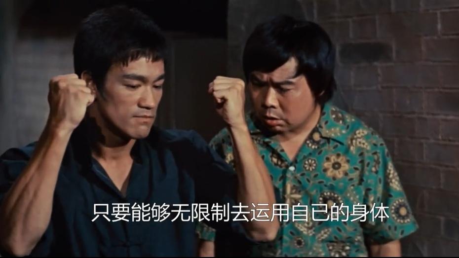 李小龙的功夫有多猛?看见他起腿,配角直吓得咽口水!