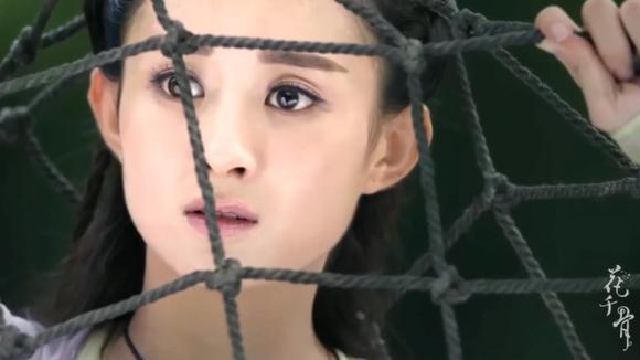 花千骨:颖宝快满16岁,被村民骂作妖女,被村民拿绳网绑起来赶走