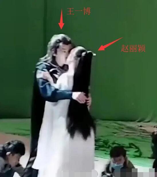 吻戏曝光?疑《有匪》拍摄现场曝光 赵丽颖王一博绿幕前拥吻