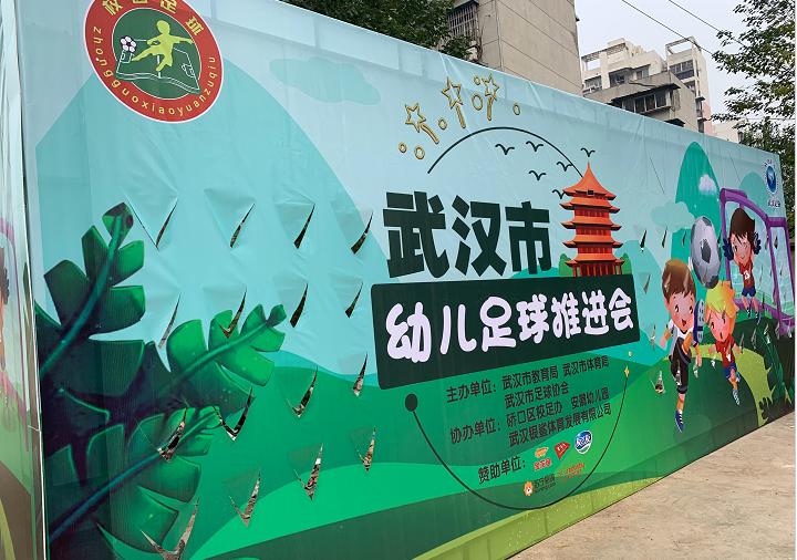 中国女足的骄傲!王霜化身天使:幼儿园现场秀球技,宝贝们乐坏了