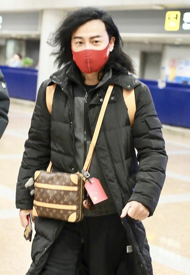 陈志朋的最新机场照曝光打扮相对于往日来说虽然不再那么