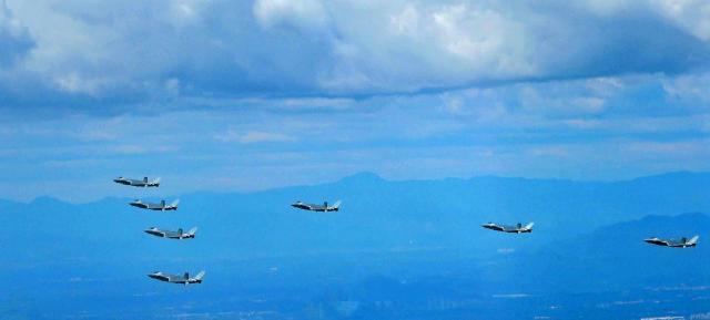 歼20五机箭形编队现身 7机编队首次亮相之后,歼20又传出一则好消息,一性能超出F35六倍
