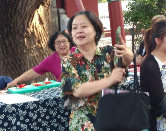 53岁鞠萍素颜现身,头发花白略微发福,标准的老太太装扮