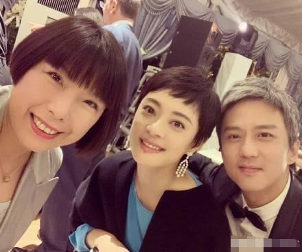 鄧超孫儷參加友人婚禮,情侶短髮一黑一白緊緊依靠