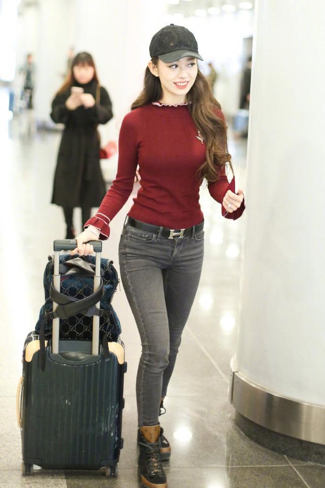 郎朗老婆 郎朗老婆机场被围观一脸娇羞,秀蚂蚁腰戴大钻戒太抢镜