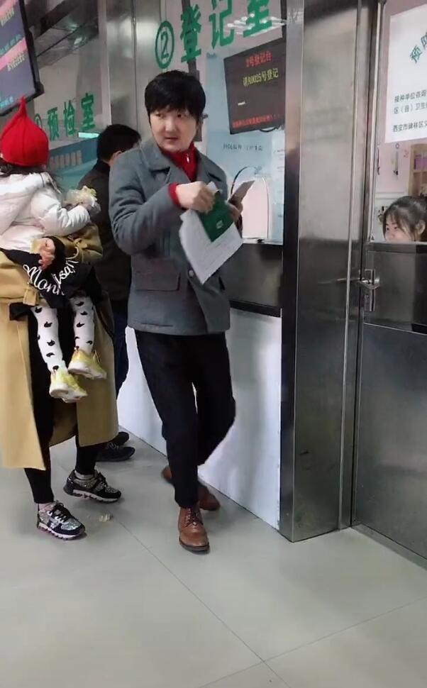 王大治带女儿打预防针,2岁女儿乖巧可爱