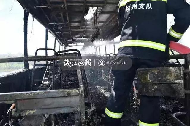 突发!载着16名学生的大巴机场高速上着火,目击者吓到手抖:整个车都烧光了