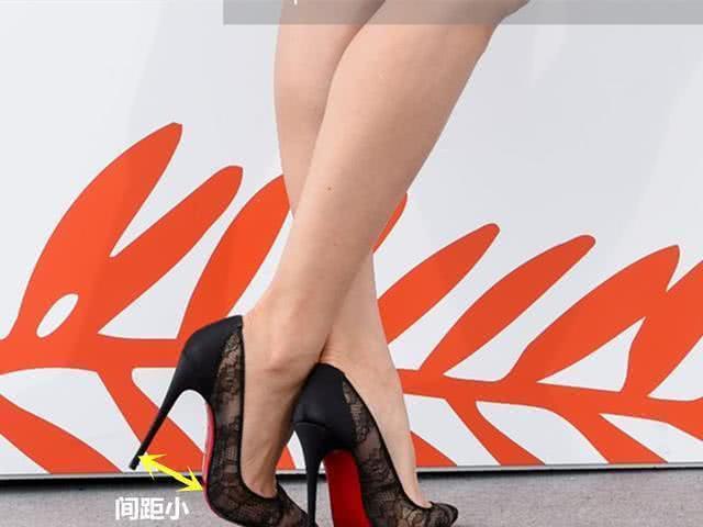 脚背直立脚掌悬空!杨幂穿白裙秀香肩美腿,超高跟望着脚太疼