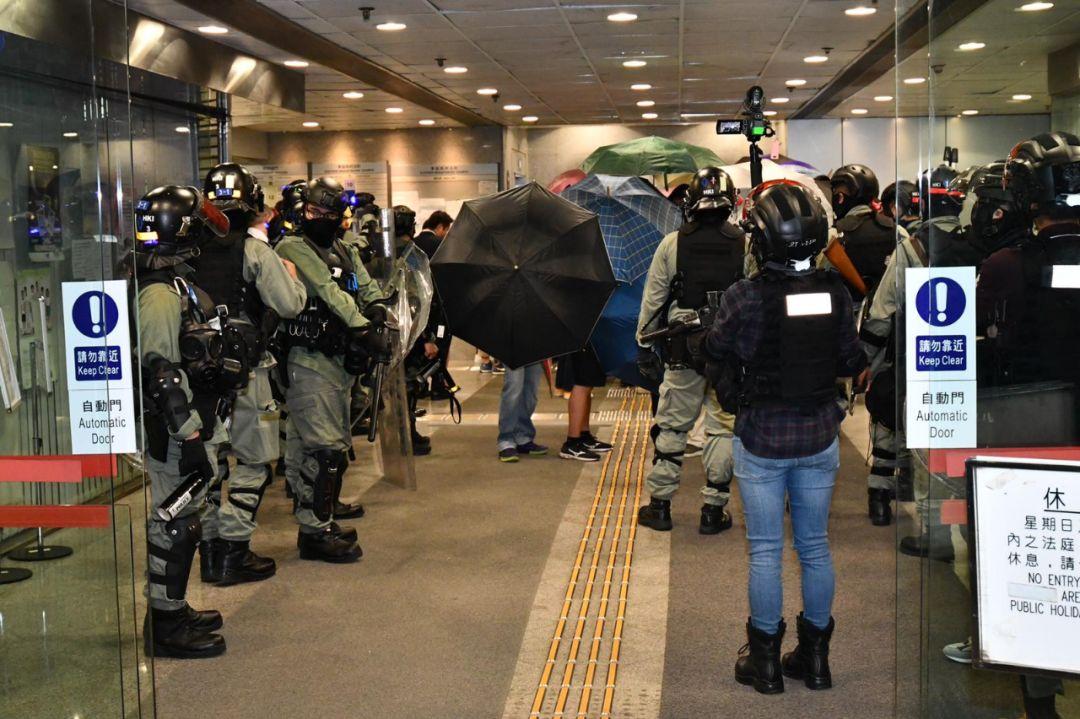 5暴徒因寫錯名被釋放 百名港警圍守法庭外再抓(圖)