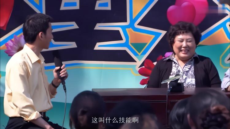 农村剧:电视台在村里录节目,大妈行为惹人笑,老伴都嫌她丢人