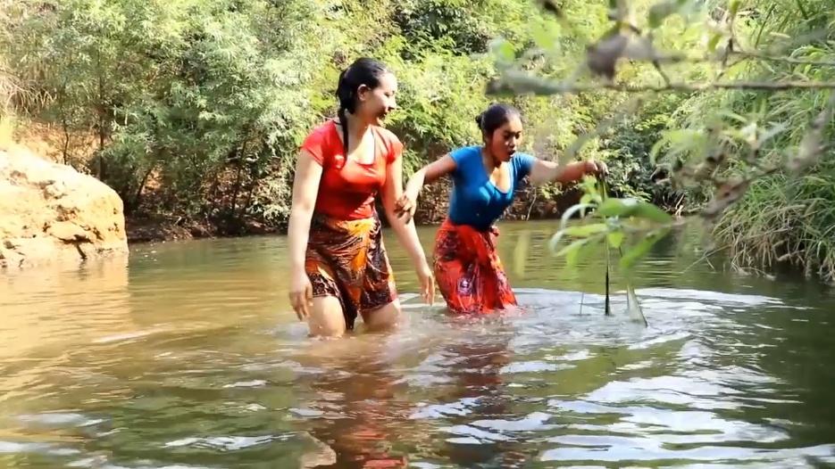 越南俩姐妹在河边生存,每天住在树上,你羡慕她们的生活吗?图片