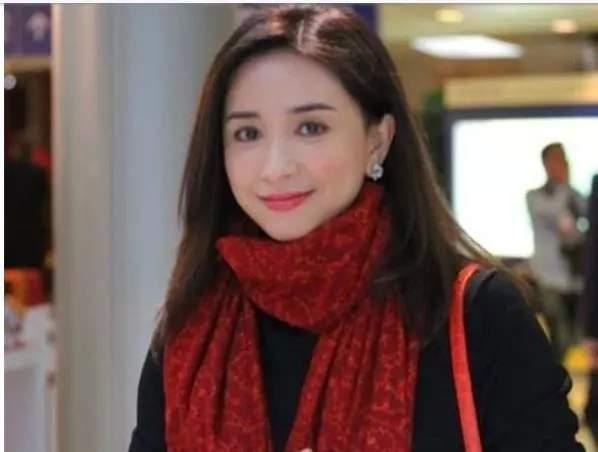 """""""冻龄港姐""""吴婉芳走出丧夫伤痛恢复社交,51岁的她越来越美"""