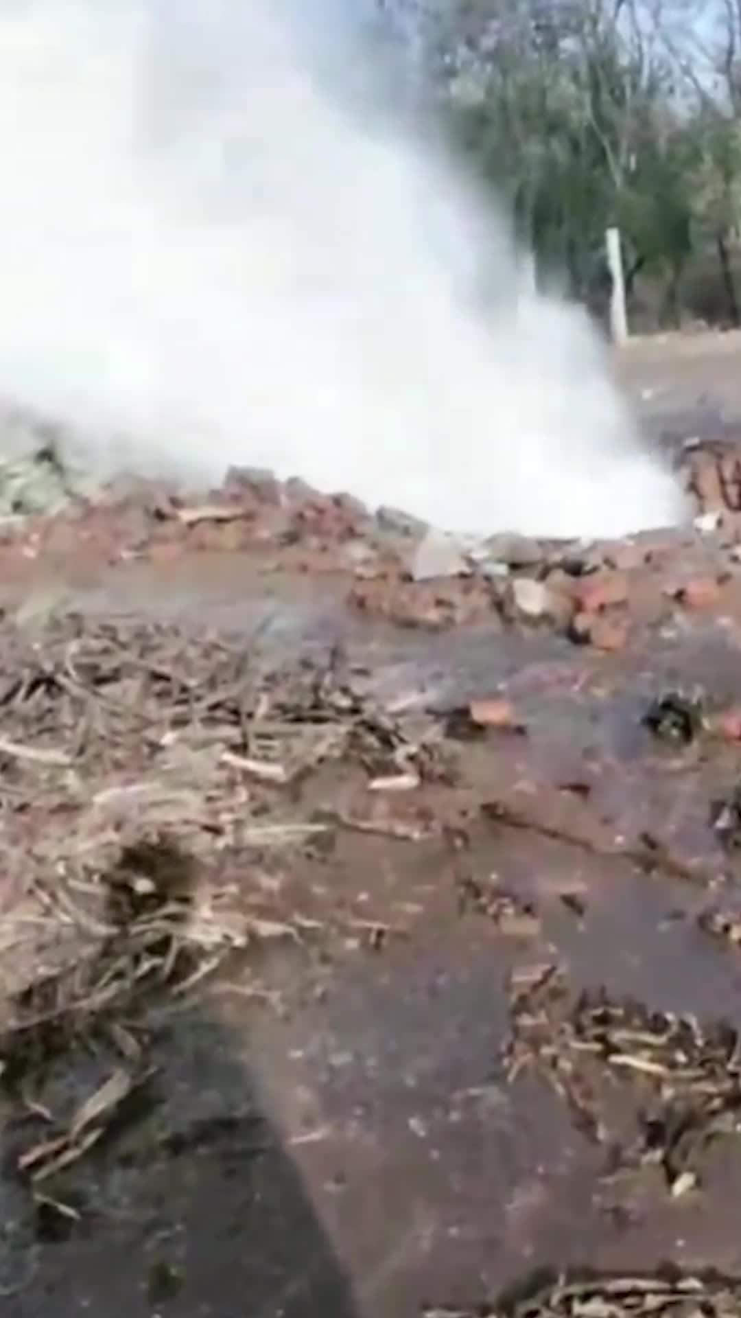 壮观!大连一厂子旁水管爆裂,水流如注
