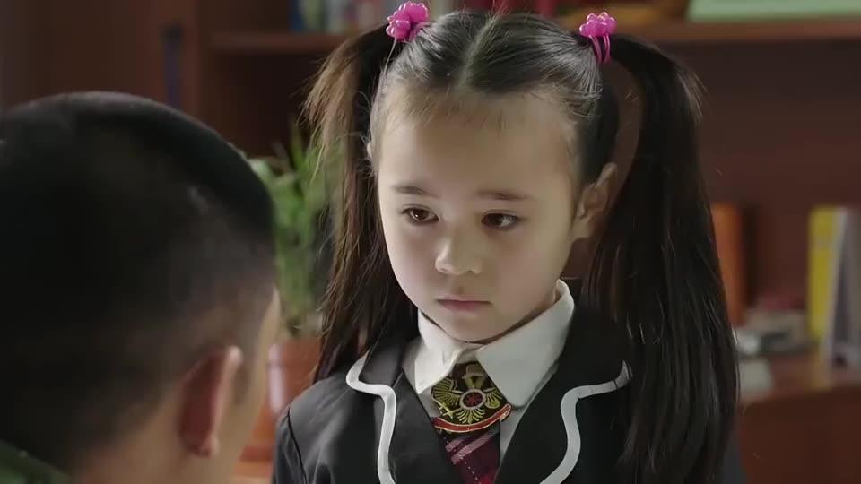 教官正在训练,听到女儿把半个班男生给打了,战友都忍不住笑了