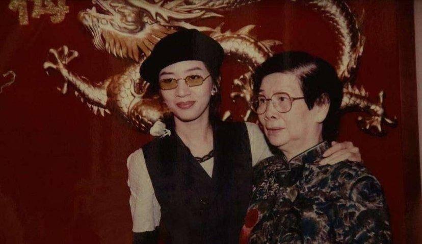 梅艳芳逝世16年后再获殊荣,哥哥赴国外领奖,梅母致辞引争议?