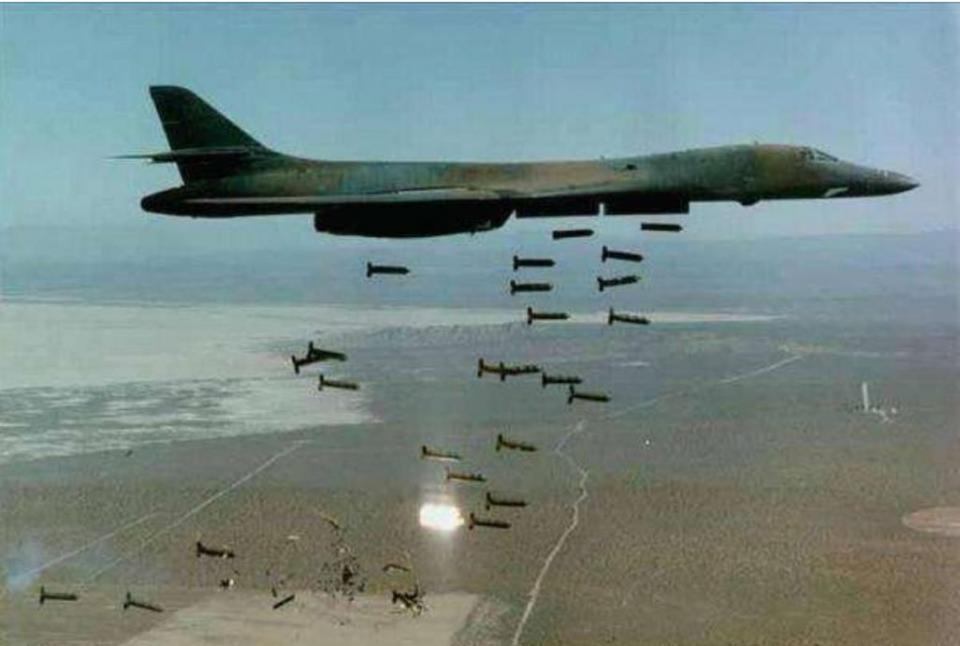 美军投下炸弹之母 核弹太遥远,这才是美军最爱的炸弹,钢针雨点般落下
