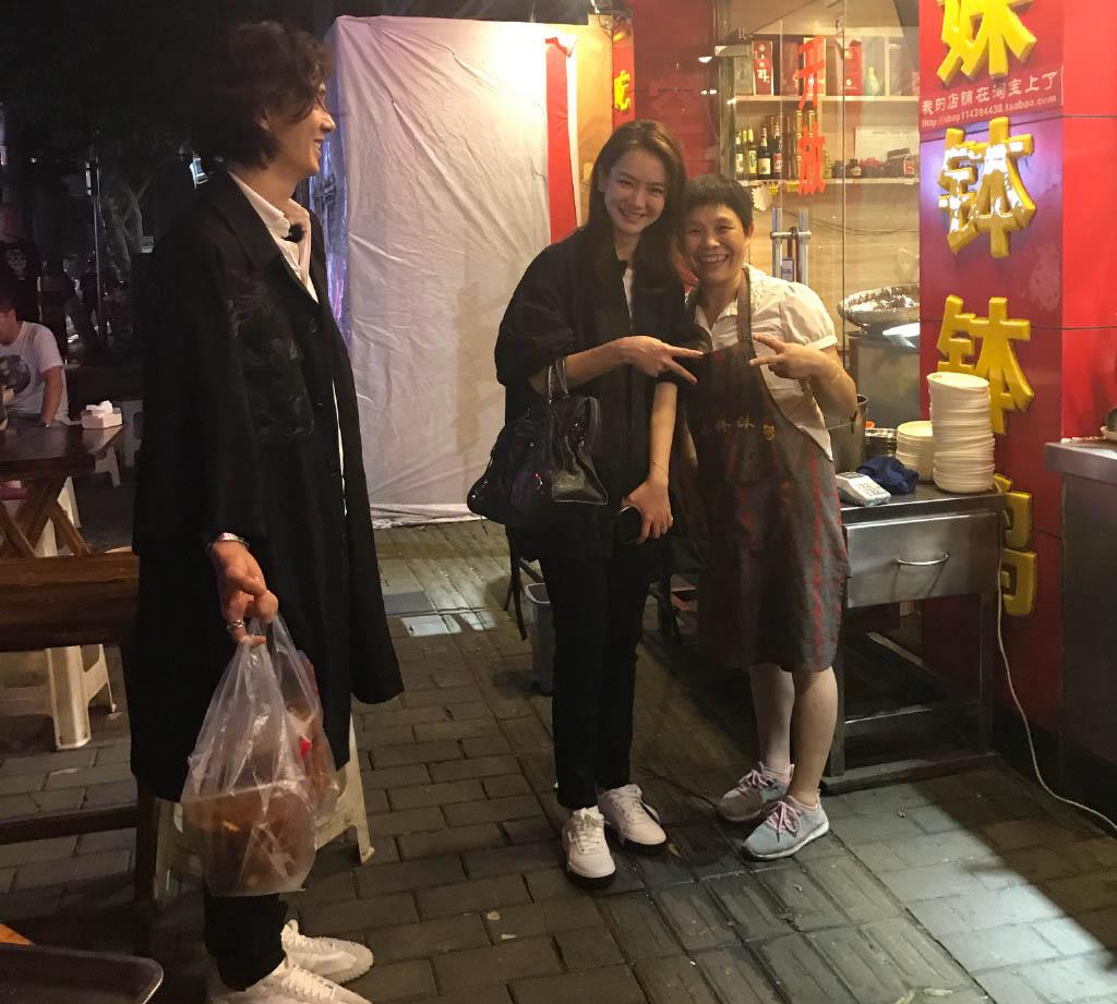 戚薇李承铉回娘家光顾街边小吃,夫妻被店老板认出求合影