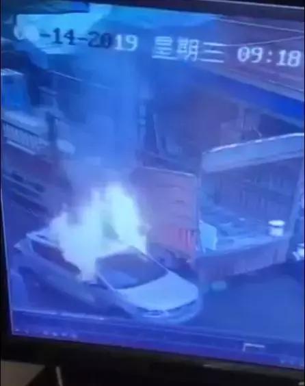 一天内两起汽车爆燃!这次没想到是车主的锅,温度太高还是?