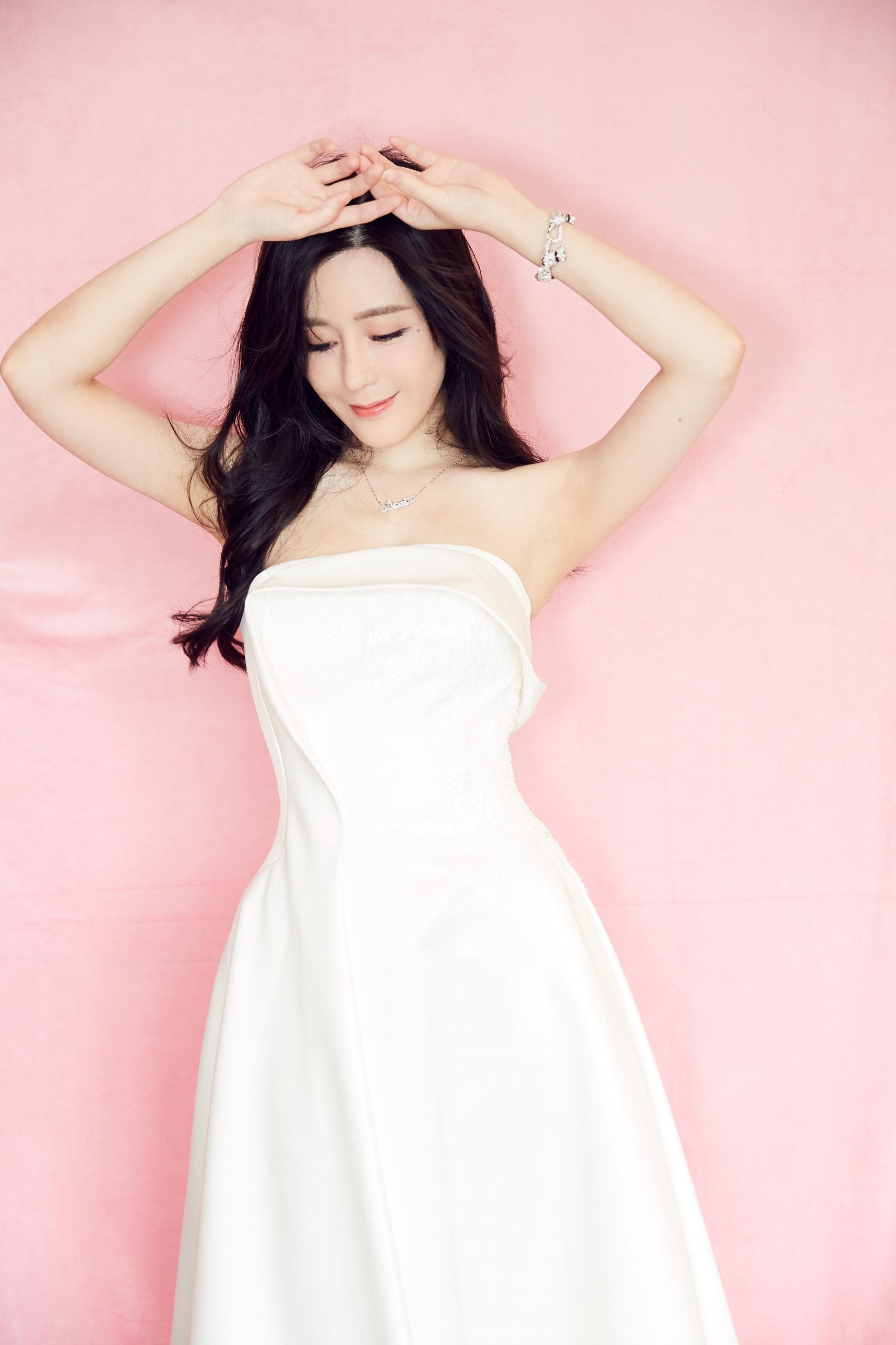 汤晶媚官宣科技代言亮相发布会纯白简约西装裙亮相