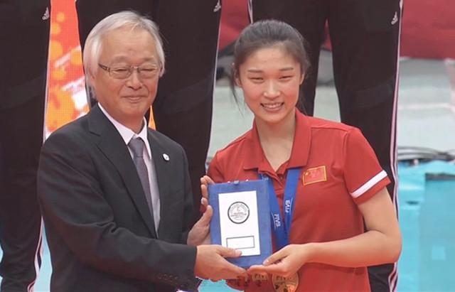 看哭!中国女排23岁名将回家,妈妈现场落泪:今年第二次见她