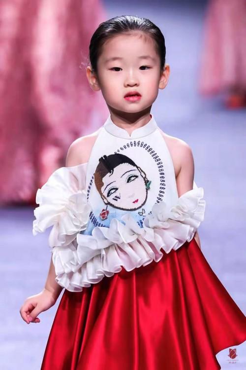 亚洲最小超模小蛋面儿(黄福熙)助威2020上海时装周