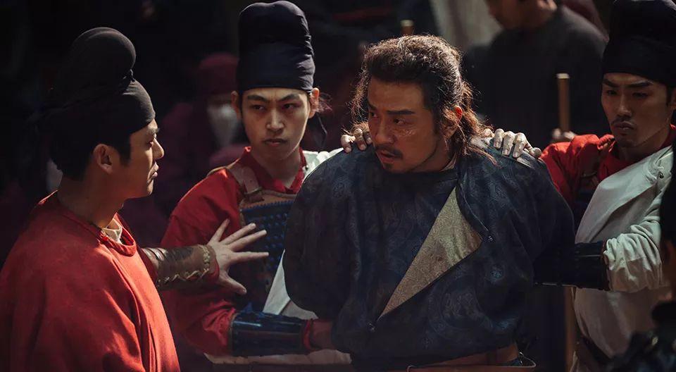日本人发现了,他中间又经历很多危险,最后侥幸活下来.