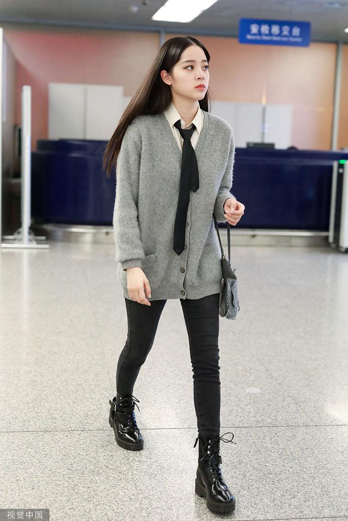 长腿girl!欧阳娜娜似漫画中走出的少女秀发披肩甜酷满分