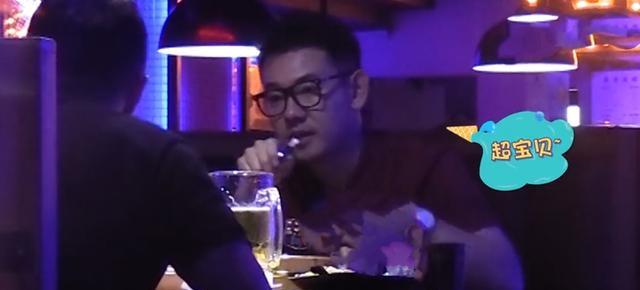 李响餐厅内抽烟不停,娇妻不闻不问忙打手游
