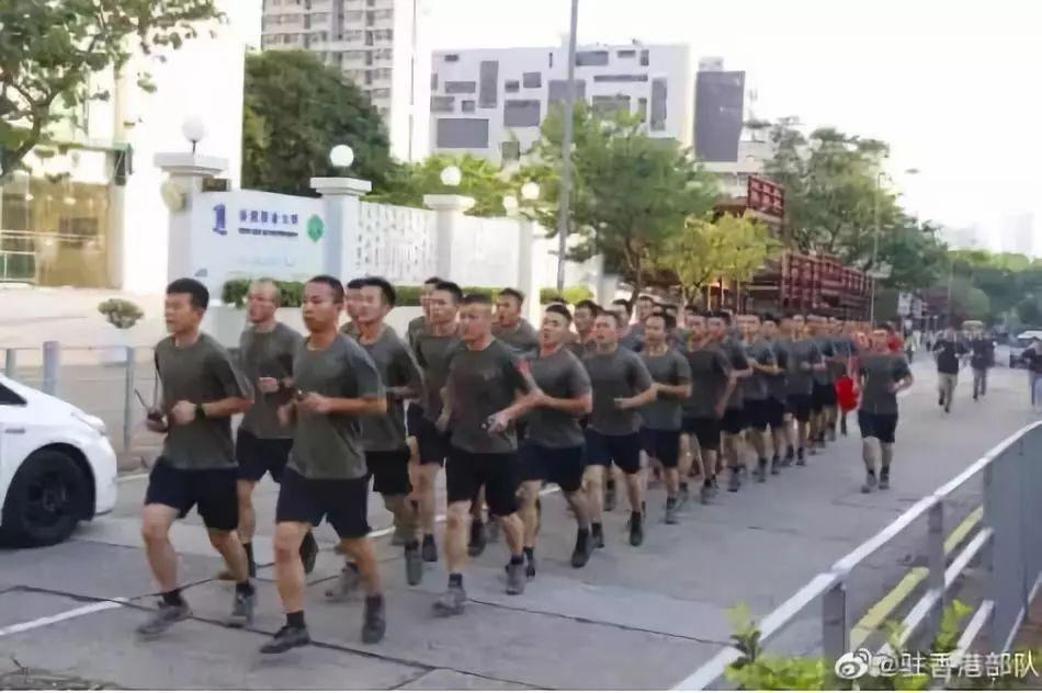 驻港部队霸气回复黄媒:最好的形象就是市民的掌声(图)