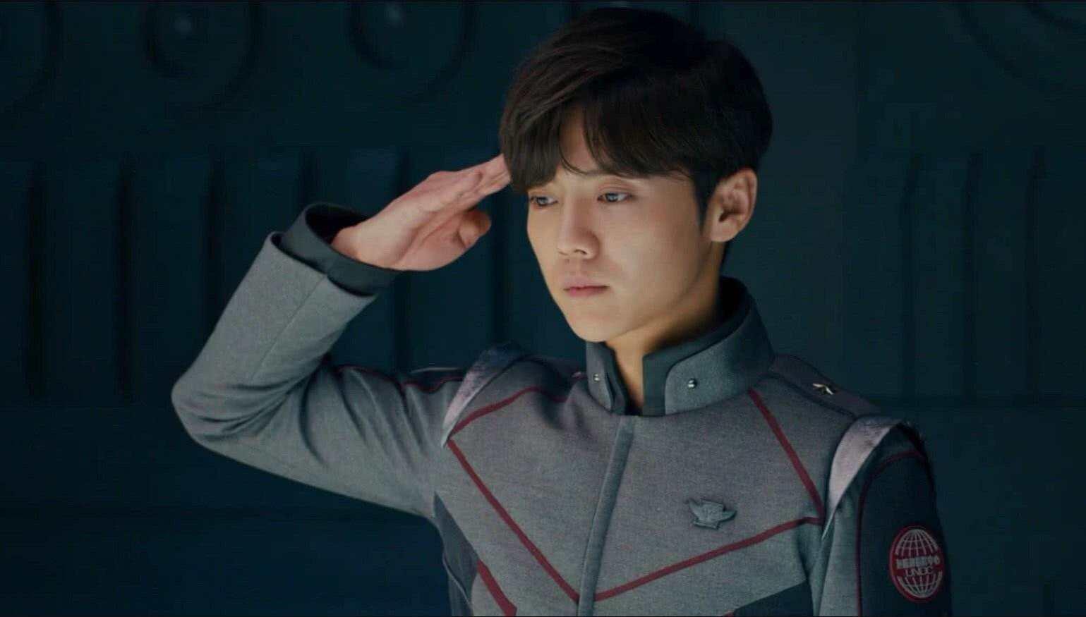 告别油腻!迷彩寸头挺拔身姿尽显军人气质,杨洋转型改走实力派?
