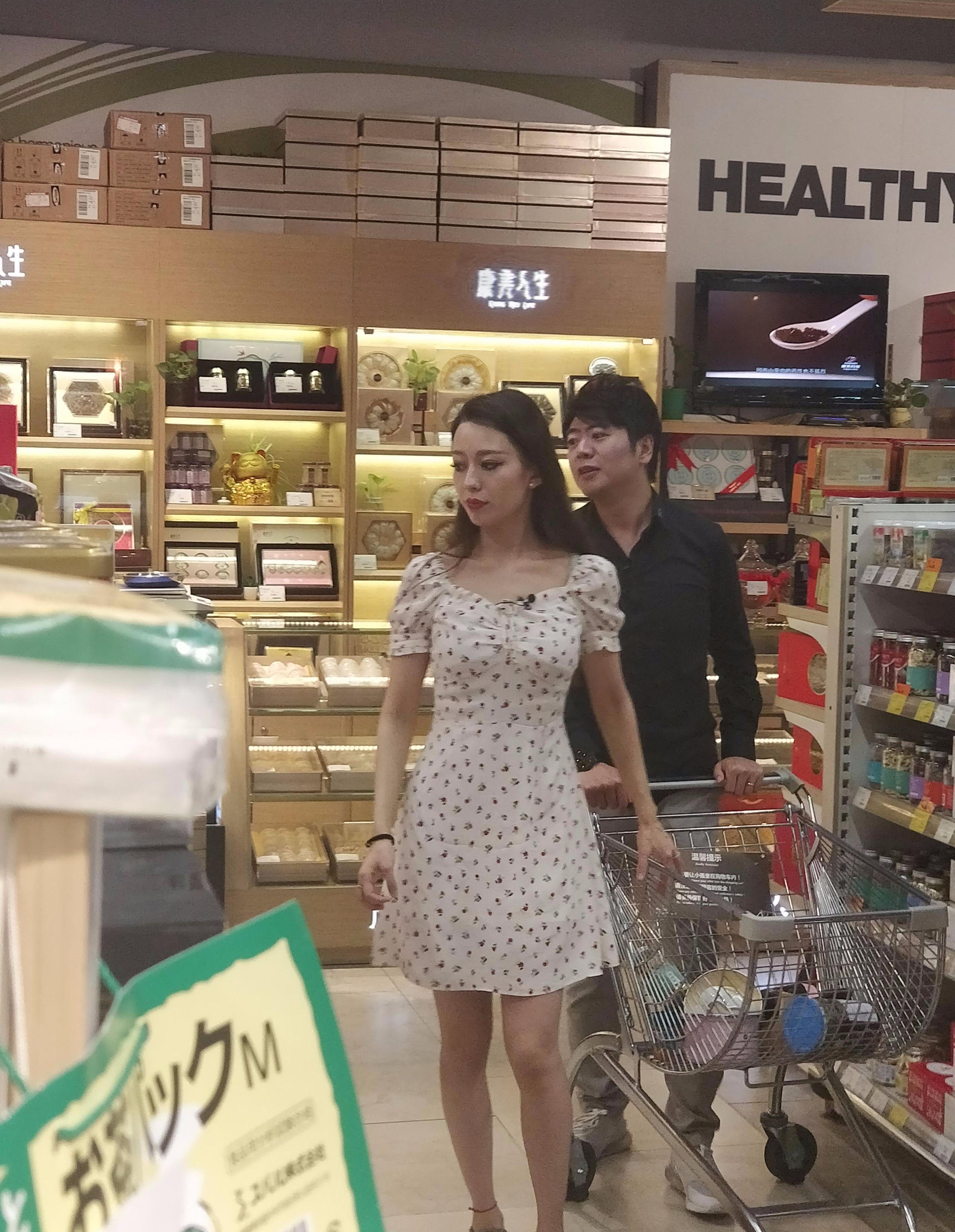 郎朗与娇妻逛超市主动推车,爱丽丝选购母婴用品让人猜疑
