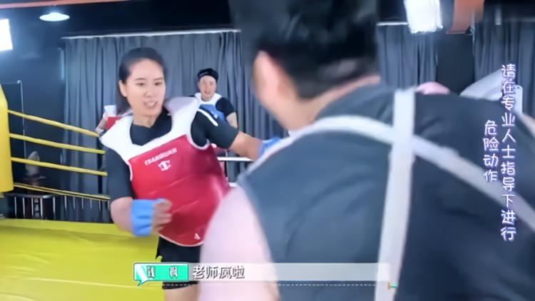 综艺:钱枫跟美女教练打拳,上来美女教练就追着打!太有画面感了