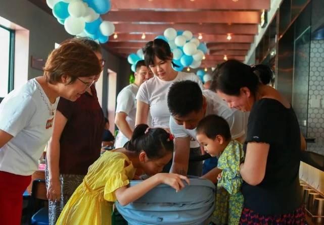 李艾晒全家福庆祝孩子出生百日:这是你点亮时间的第一百天