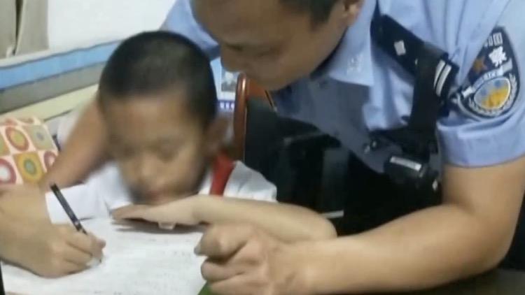 男孩迷路被好心人送到交警队 蜀黍轮流辅导作业
