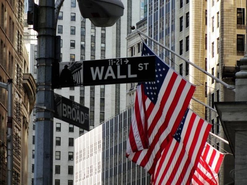<b>美三大股指均涨逾1%道指重回26000点 美油跌近2%__凤凰网</b>