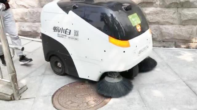 无人扫地机进驻高校,保洁员:不怕失业