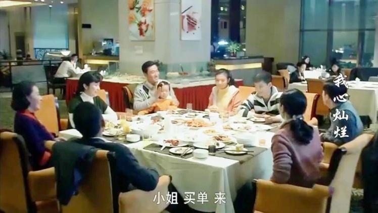 全家第一次吃自助餐,龙虾螃蟹拼命拿,不料结账时傻眼了