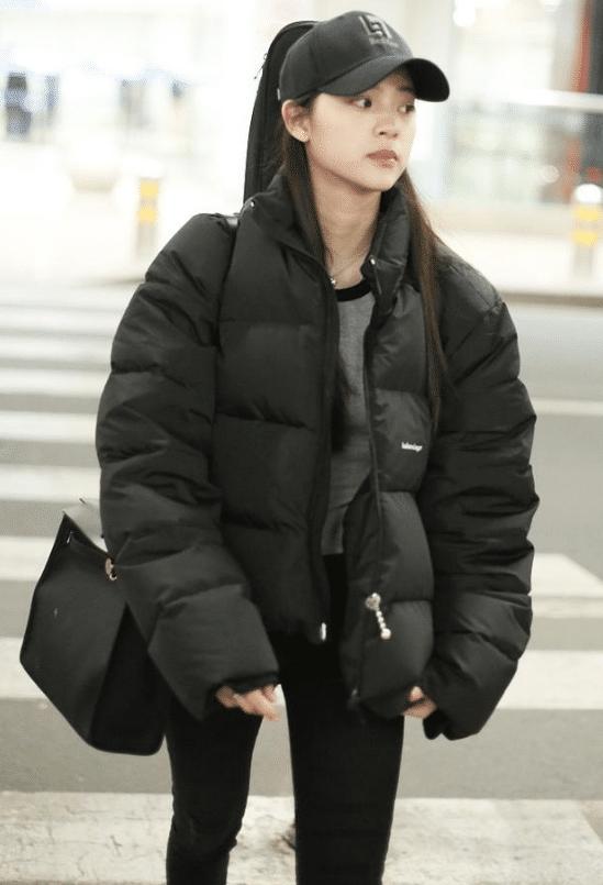 欧阳娜娜现身机场,瘦成筷子腿几乎不敢认,不看脸还以为是杨幂