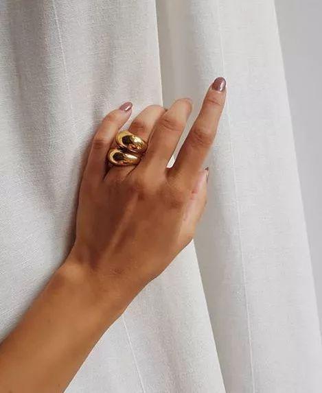 奶奶发箍、土气戒指、石头项链⋯网友:只有我们看不懂,才叫时尚