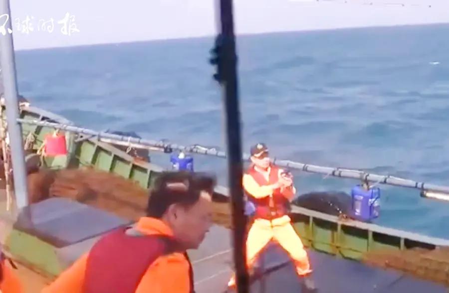 """台当局又扣大陆渔船!""""海巡队""""队员拔枪对着大陆渔民"""