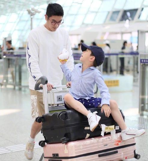 杜江霍思燕现身机场,嗯哼呆萌可爱无惧镜头,又长高了!